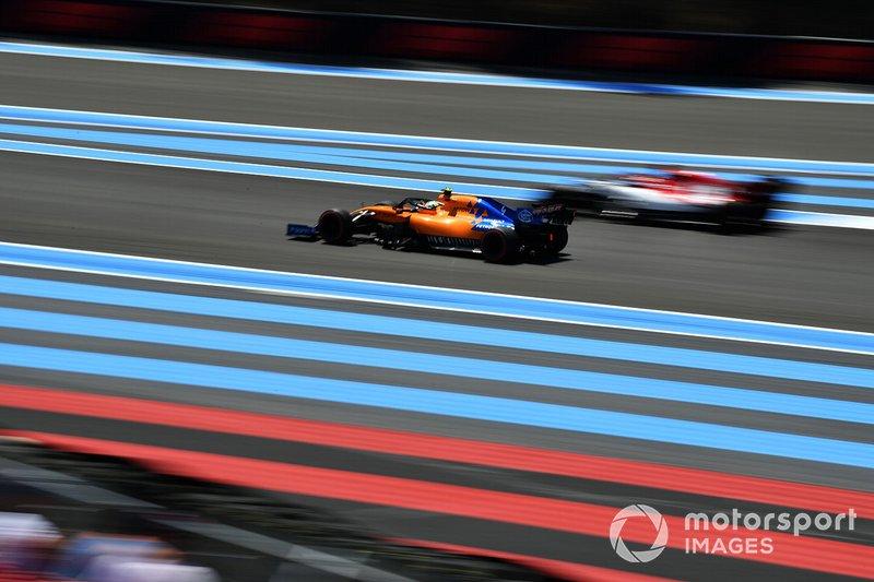 Lando Norris, McLaren MCL34, supera Kimi Raikkonen, Alfa Romeo Racing C38