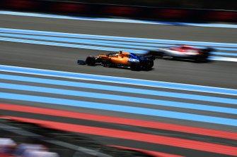Lando Norris, McLaren MCL34, passes Kimi Raikkonen, Alfa Romeo Racing C38