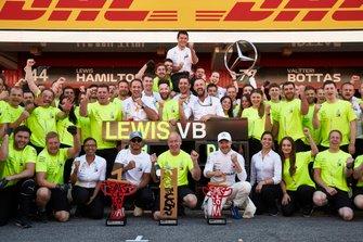 Lewis Hamilton, Mercedes AMG F1, 1st position, Valtteri Bottas, Mercedes AMG F1, 2nd position, and the Mercedes team celebrate victory