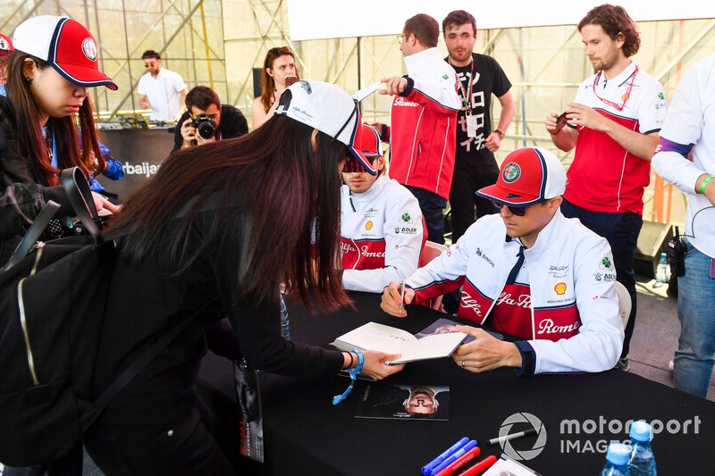 Kimi Raikkonen, Alfa Romeo Racing signe des autographes