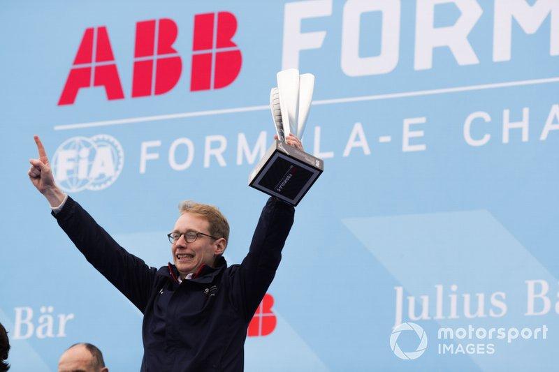 Sylvain Filippi, Managing Director & CTO, festeggia la vittoria sul podio