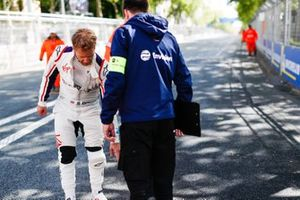 Sam Bird, Envision Virgin Racing, expresses concern over something on the circuit to an engineer