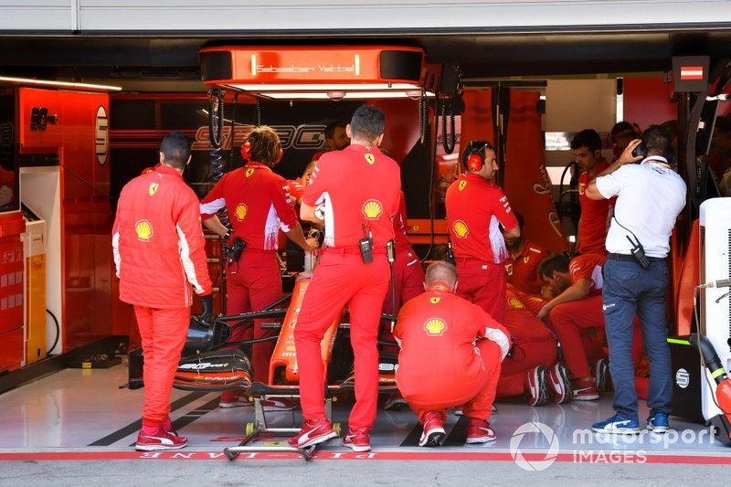 Auto di Sebastian Vettel, Ferrari SF90 viene preparata nel garage