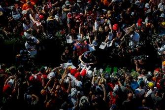 Max Verstappen, Red Bull Racing zet een handtekening voor een fan