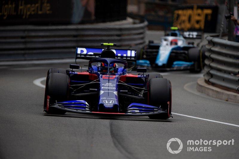 Alexander Albon, Toro Rosso STR14, leads Robert Kubica, Williams FW42