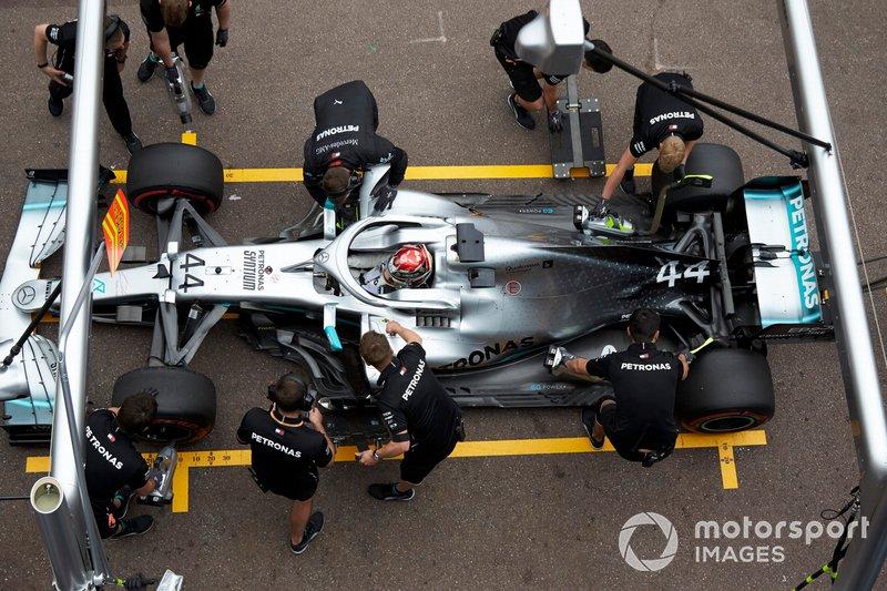 Lewis Hamilton, Mercedes AMG F1 W10, en los pits durante los entrenamientos