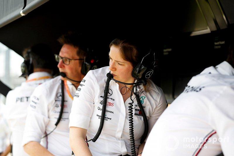 El equipo Mercedes en el muro