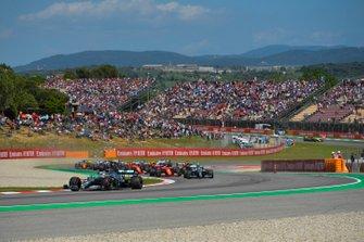 Lewis Hamilton, Mercedes AMG F1 W10, voor Valtteri Bottas, Mercedes AMG W10, Sebastian Vettel, Ferrari SF90, Max Verstappen, Red Bull Racing RB15, en de rest van het veld bij de start