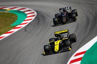 Nico Hulkenberg, Renault R.S. 19, leadsRomain Grosjean, Haas F1 Team VF-19