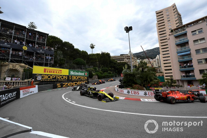 Sebastian Vettel, Ferrari SF90, ve Daniel Ricciardo, Renault R.S.19, ve Kevin Magnussen, Haas F1 Team VF-19