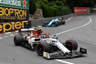 Antonio Giovinazzi, Alfa Romeo Racing C38, leads George Russell, Williams Racing FW42