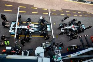 Valtteri Bottas, Mercedes AMG W10, and Lewis Hamilton, Mercedes AMG F1 W10, in the pits