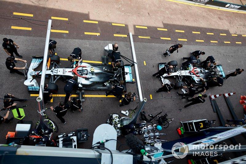 Valtteri Bottas, Mercedes AMG W10, e Lewis Hamilton, Mercedes AMG F1 W10, ai box