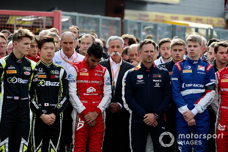 Logan Sargeant, Carlin Buzz Racing, Teppei Natori, Carlin Buzz Racing, Jehan Daruvala, PREMA Racing, Christian Horner, Director, Red Bull Racing y Chase Carey, Presidente, Fórmula 1 en el memorial de Anthoine Hubert