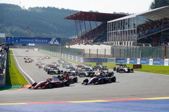 Jehan Daruvala, PREMA Racing, leads Pedro Piquet, Trident at the start of race one