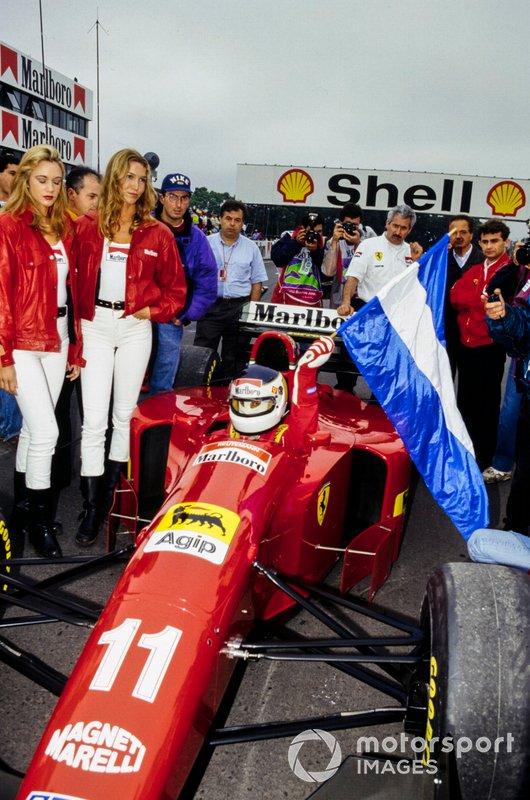 Carlos Reutemann y el Ferrari 412T1 en la parrilla con la bandera argentina