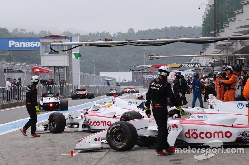 La Súper Fórmula japonesa se vio obligada a posponer sus dos primeras citas en Suzuka (4-5 de abril) y Fuji (18-19 de abril), a pesar de que celebrará el próximo martes un test a puerta cerrada en Fuji. El evento en el Circuito de Autopolis del 16 al 17 de mayo queda ahora como primera carrera de la temporada.