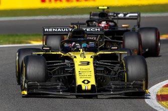 Daniel Ricciardo, Renault F1 Team R.S.19, leads Kevin Magnussen, Haas F1 Team VF-19