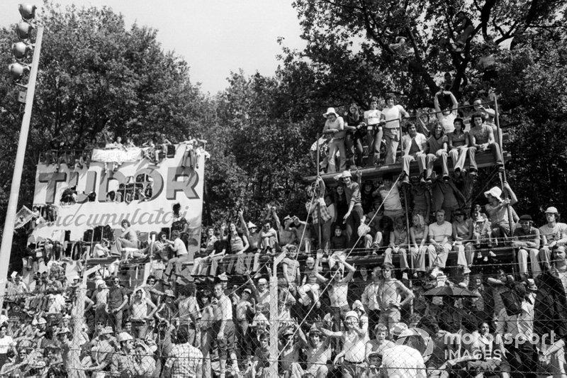Гран При вызвал невероятный интерес у местных болельщиков – трибуны (и все, что похоже на них) были переполнены уже начиная с пятницы