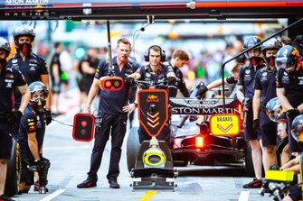 Los mecánicos de Red Bull Racing esperan el coche en pitlane