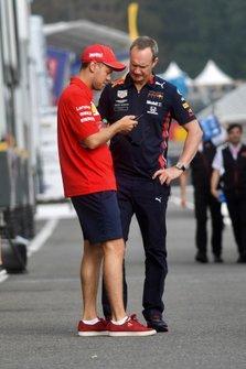 Sebastian Vettel, Ferrari, parla con Paul Monaghan, Chief Engineer, Red Bull Racing