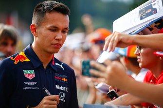 Alexander Albon, Red Bull, firma autografi ai fan