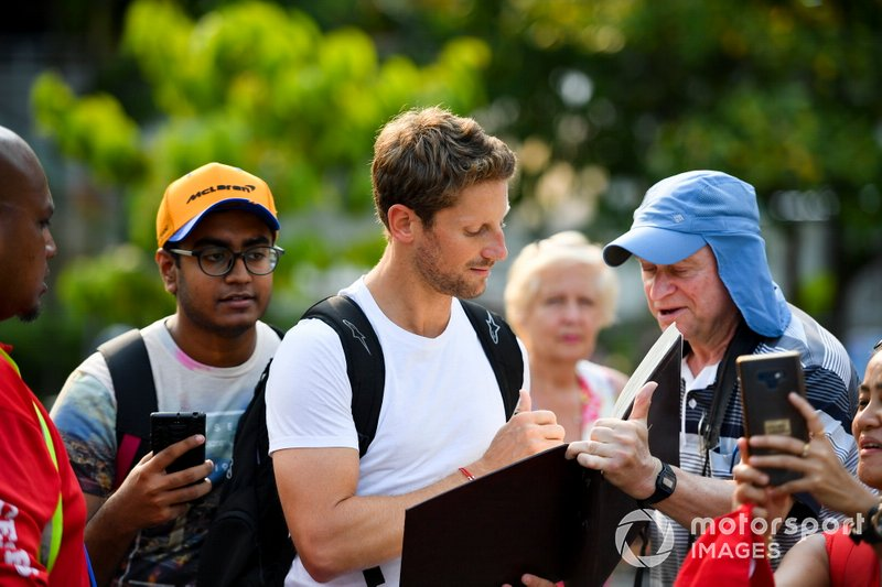Romain Grosjean, Haas F1 Team signe un autographe pour un fan