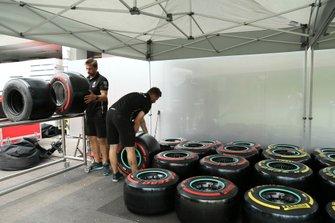 Personale dell'AMG Mercedes F1 al lavoro sui pneumatici Pirelli