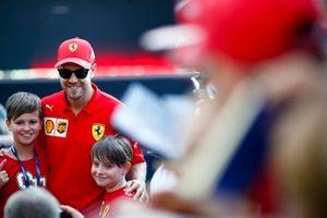 Sebastian Vettel, Ferrari in posa per una foto con i fan