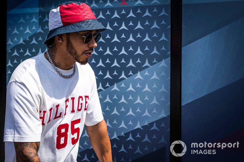 Lewis Hamilton, Mercedes AMG F1 en un scooter en el paddock