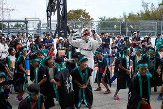 Lewis Hamilton, Mercedes AMG F1 con jóvenes fans