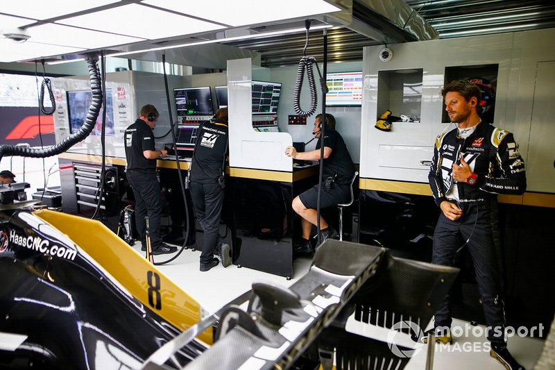 Romain Grosjean, Haas F1 Team VF-19, in garage