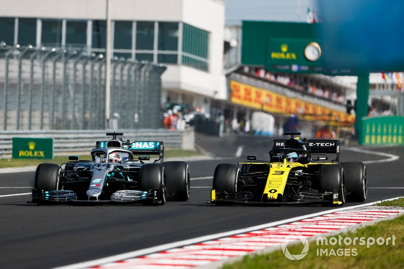 Lewis Hamilton, Mercedes AMG F1 W10, puts a lap on Daniel Ricciardo, Renault F1 Team R.S.19