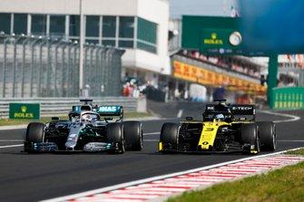 Lewis Hamilton, Mercedes AMG F1 W10, prend un tour à Daniel Ricciardo, Renault F1 Team R.S.19