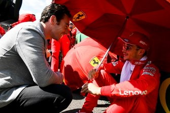 El ganador de Indy 500, Simon Pagenaud, habla con Charles Leclerc, de Ferrari