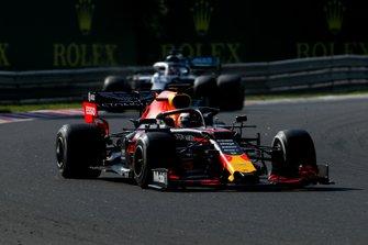 Max Verstappen, Red Bull Racing RB15, voor Lewis Hamilton, Mercedes AMG F1 W10