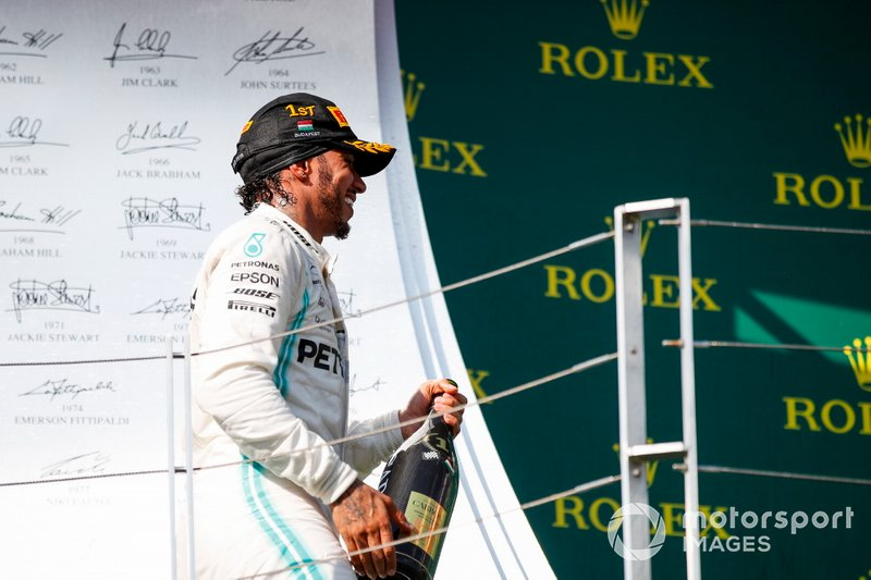 Il primo classificato Lewis Hamilton, Mercedes AMG F1, sul podio