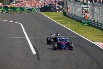 Daniil Kvyat, Toro Rosso STR14, devant Romain Grosjean, Haas F1 Team VF-19