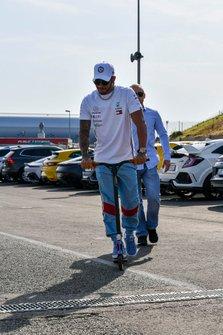 Lewis Hamilton, Mercedes AMG F1 arrive sur une trottinette
