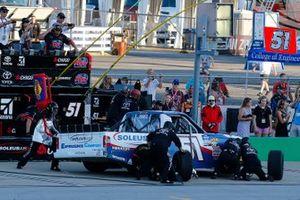 Brandon Jones, Kyle Busch Motorsports, Toyota Tundra SoleusAir/Menards pit stop