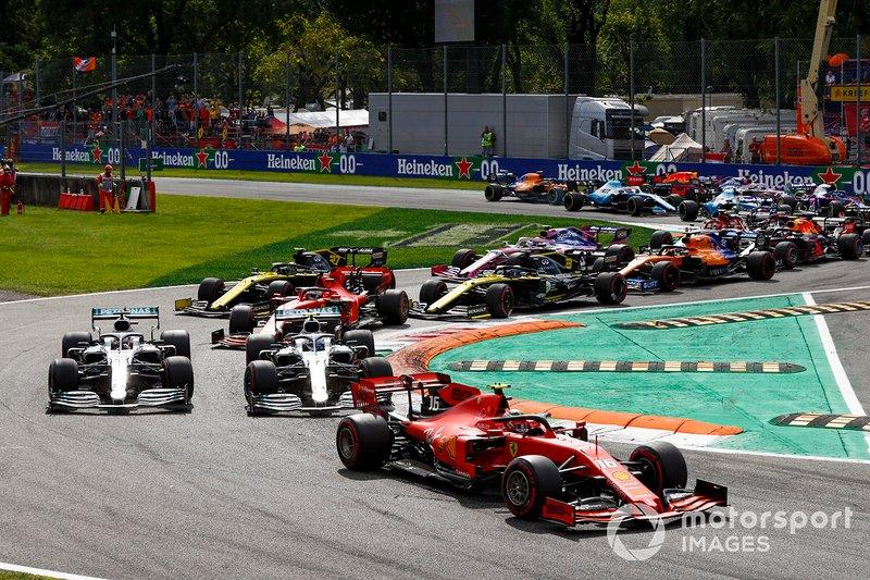 Charles Leclerc, Ferrari SF90, Lewis Hamilton, Mercedes AMG F1 W10 and Valtteri Bottas, Mercedes AMG W10 al inicio