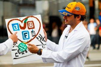 Carlos Sainz Jr., McLaren paints for a TV feature
