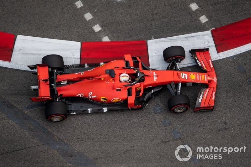 Vettel se ve molestado por Magnussen en la práctica