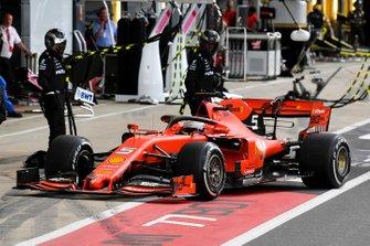 Sebastian Vettel, Ferrari SF90 maakt een pitstop voor een nieuwe voorvleugel na contact met Max Verstappen, Red Bull Racing RB15
