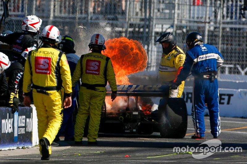 Fogo no carro de Takuma Sato