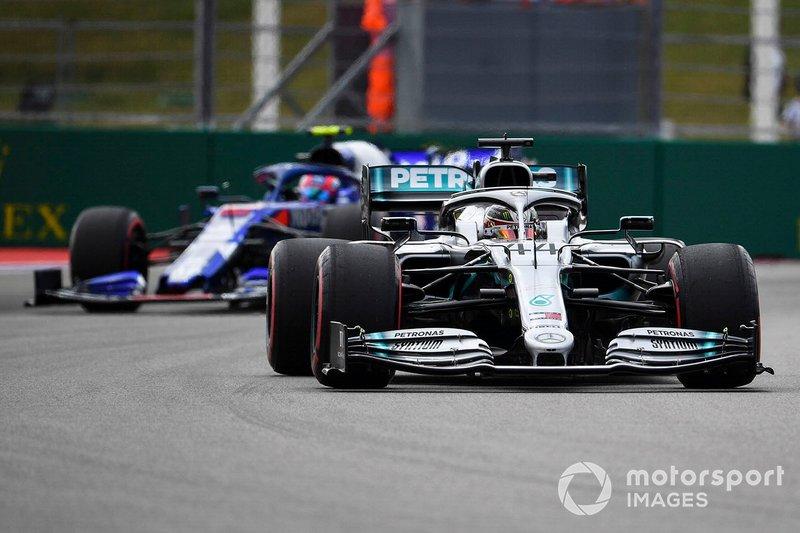 Lewis Hamilton, Mercedes AMG F1 W10, precede Pierre Gasly, Toro Rosso STR14