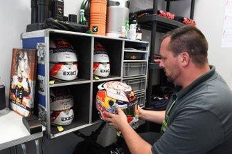 Schuberth engineer met helm Max Verstappen, Red Bull Racing