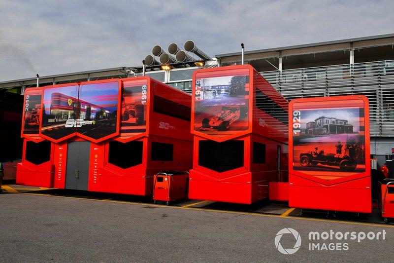 Motorhome della Ferrari nel paddock con il logo dei 90 anni
