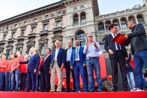 Luca di Montezemolo, Gerhard Berger, Ivan Capelli, Eddie Irvine y Mattia Binotto en el escenario
