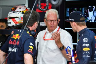Christian Horner, Team Principal, Red Bull Racing, Helmut Marko, Consultant, Red Bull Racing, en Max Verstappen, Red Bull Racing, in de garage